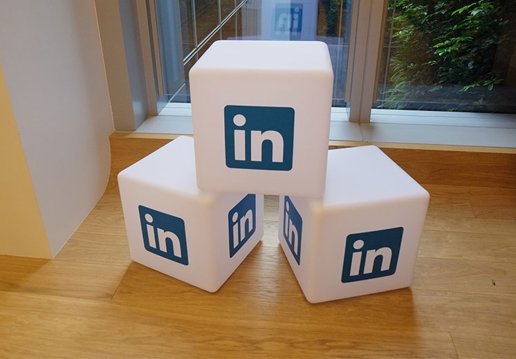 5 REASONS WHY TO USE LINKEDIN
